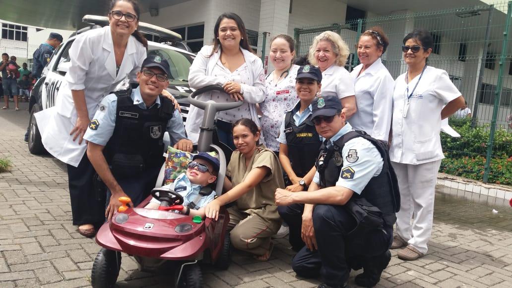Policiais militares realizam sonho de criança no Hospital Albert Sabin