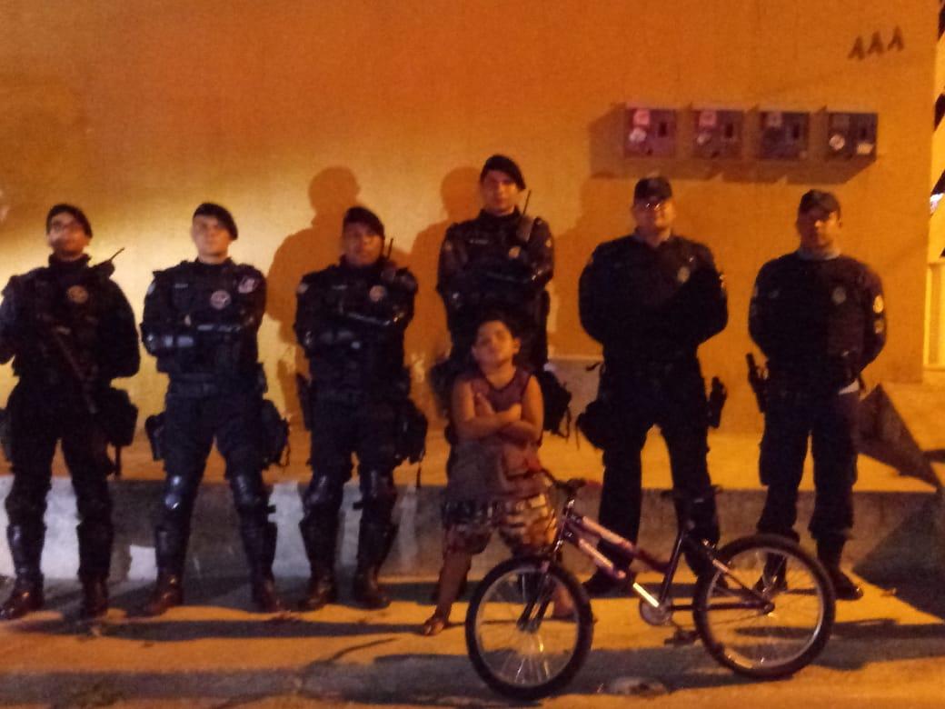Criança de Itapajé-CE recebe bicicleta de policiais militares