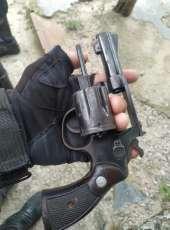 Polícia Militar efetua prisão e apreende arma