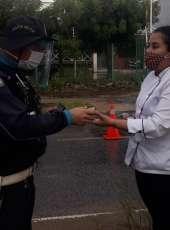 Policiais militares recebem gesto de carinho e apoio em barreiras fixas na Capital