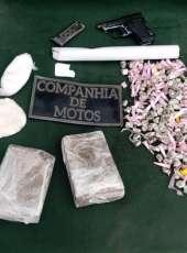 PMs apreendem arma de fogo e drogas após denúncia de tráfico na Capital