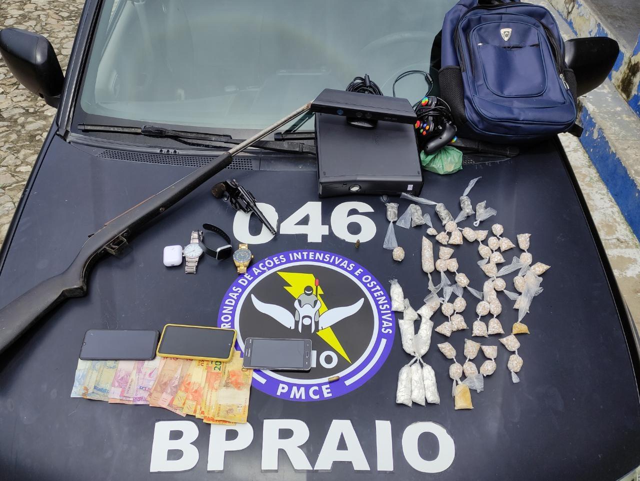 CPRaio apreende mais de 2.000 trouxinhas de drogas, duas armas de fogo e prende três suspeitos em Cascavel-CE