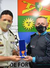 Comando da PMCE condecora Subcomandante da PMBA com a medalha Mérito Policial Militar