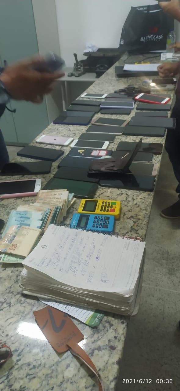 PMCE apreende revólver, 56 celulares, R$ 17.000, diversos cartões e documentos e prende dois homens em Fortaleza
