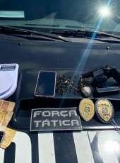 Ação da PMCE resulta na captura de dois suspeitos com arma, munições e droga em Caucaia-CE