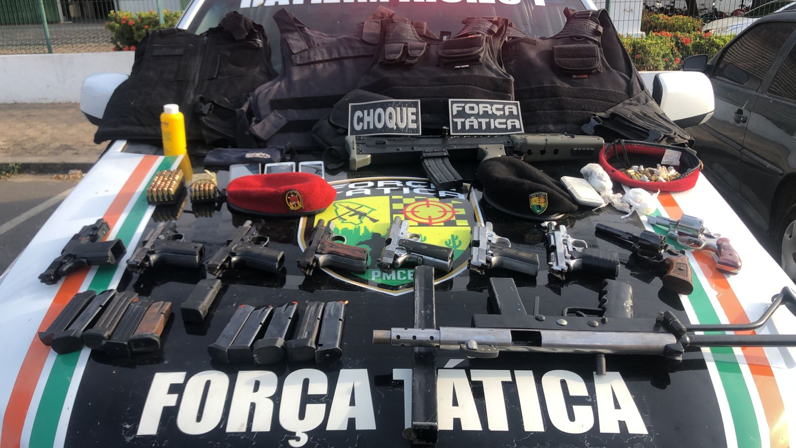 Dez armas de fogo e duas réplicas de fuzis são apreendidas pela Polícia Militar no Conjunto São Miguel, em Fortaleza