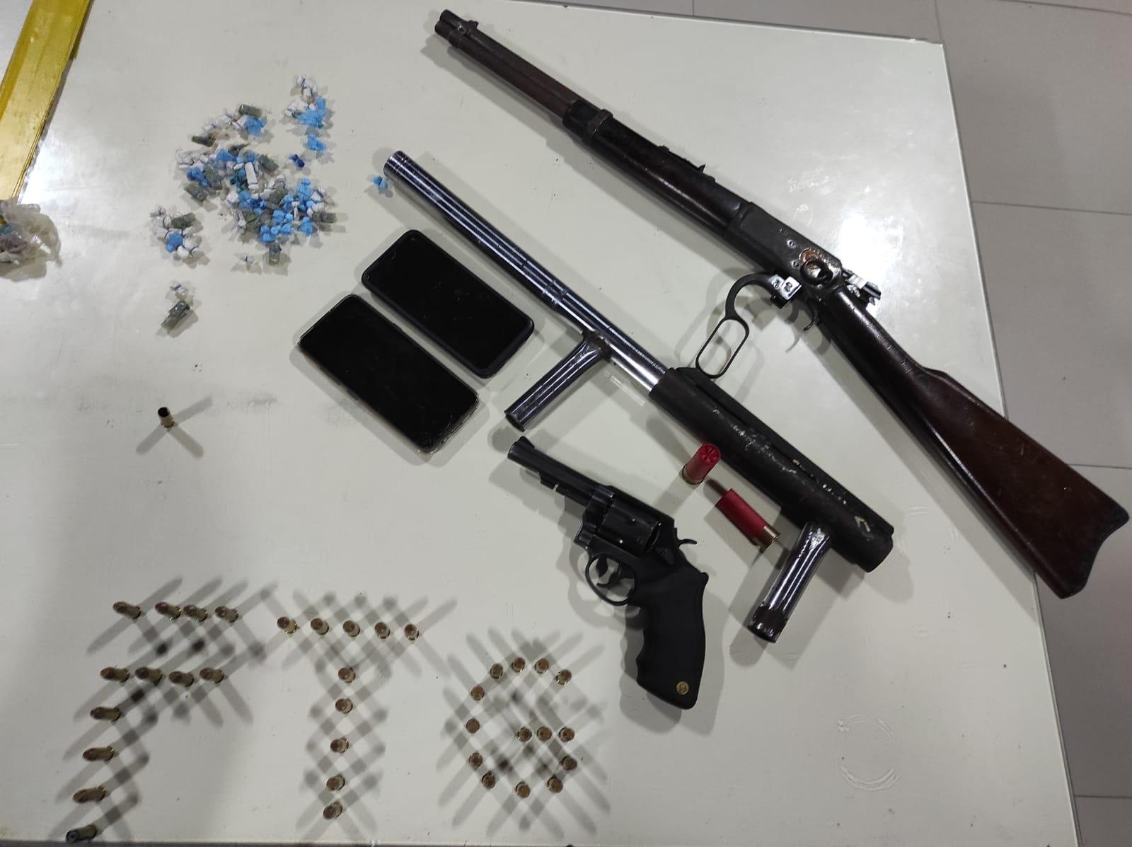 PMCE captura três suspeitos com rifle, espingarda, revólver e drogas no bairro Curió, em Fortaleza-CE