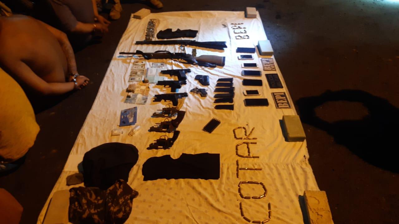 PMCE captura grupo criminoso com nove armas de fogo e três motos roubadas em Monsenhor Tabosa-CE